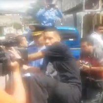[VIDEO] Delincuente lanza violenta 'patada voladora' a camarógrafo mientras es sacado de comisaría