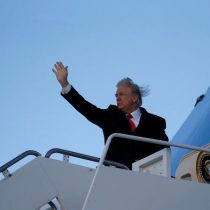 [VIDEO] Viento le juega una mala pasada a Donald Trump al subirse a un avión