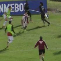 [VIDEO] Sólo pasa en la Copa Libertadores: joven futbolista usa el banderín del córner como