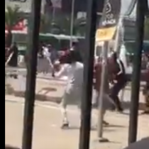 [VIDEO] Se arma batalla campal entre vendedores ambulantes chilenos y haitianos en Estación Central