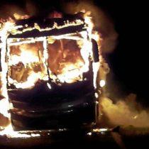 [VIDEO] Bus boliviano sufre incendio en ruta internacional tras falla mecánica