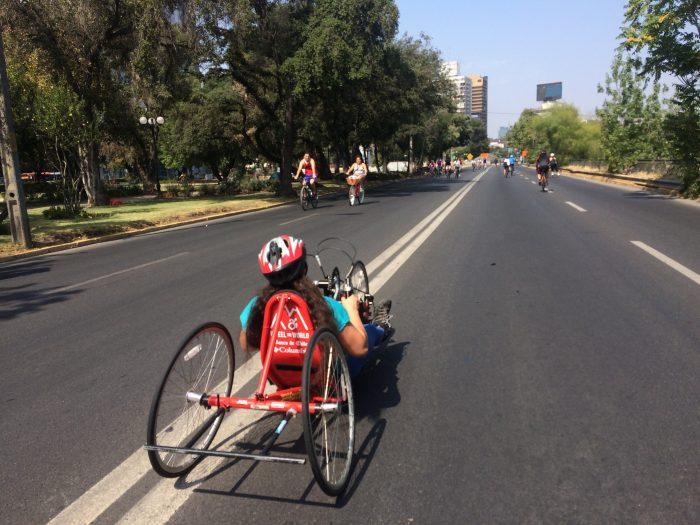 Wheel the World demuestra que no hay límites en la inclusión y lanza el programa Santiago Cycling que brindará los domingos bicicletas adaptadas