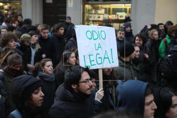 Italia: tensión entre antifascistas y policía en jornada de manifestaciones