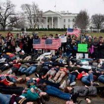[VIDEO] Decenas de estudiantes se tumban ante Casa Blanca para pedir control de armas: