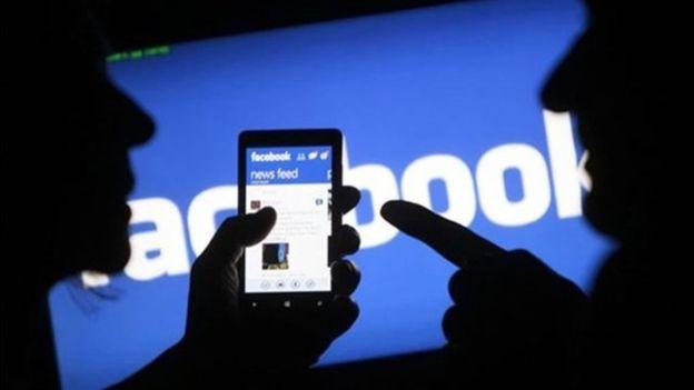 Acciones de Facebook se desploman hasta 8% tras escándalo de datos en campaña de Trump y arrastra al resto del sector en Wall Street