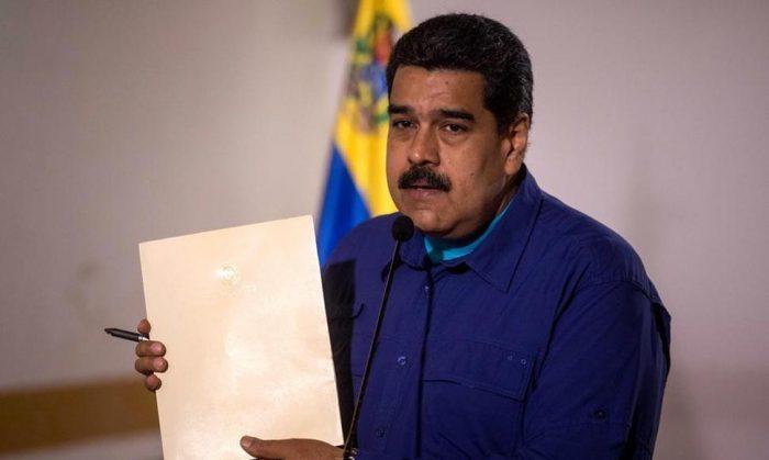 Maduro firma el documento del diálogo que rechazó la oposición venezolana