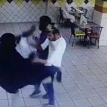 [VIDEO] Mujer agrede a trabajadores de un restaurante con una patada