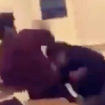[VIDEO] Profesor es suspendido luego de que comenzara a grabar una pelea entre sus estudiantes en vez de detenerla