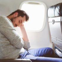 Técnicas sencillas para dormir bien en un avión y evitar que tu vuelo sea una pesadilla