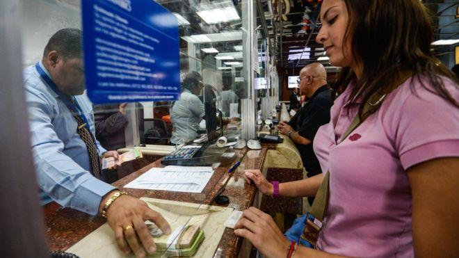 Cómo las remesas (y su cambio en el mercado negro) están ayudando a sobrevivir a muchas familias en Venezuela