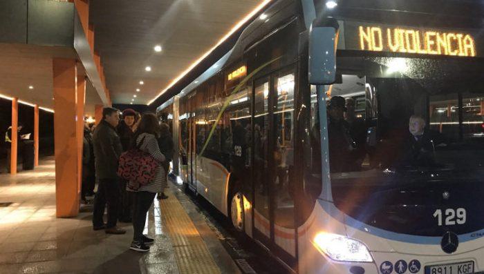 """España implementa paradas """"antiacoso"""" en el transporte público para evitar agresiones a mujeres"""