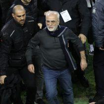 [VIDEO] Escándalo en el fútbol griego luego de que presidente de un club amenazara con un arma al árbitro que había anulado un gol de su equipo