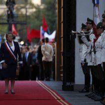 [VIDEO] Guardia del palacio rinde honores por última vez a Michelle Bachelet tras ingresar a La Moneda