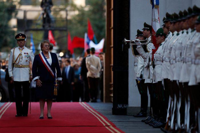 Cambio de mando: Bachelet recibe el último saludo de la guardia presidencial y Piñera se reúne con Macri en cerro Castillo