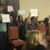 Estudiantes interrumpen Comisión de Educación de la Cámara por proyecto de Nuevo Crédito que reemplazará al CAE