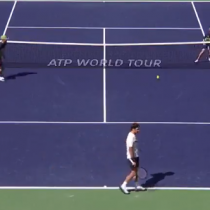[VIDEO] El asombroso revés de Federer que descolocó a los pasapelotas de Indian Wells
