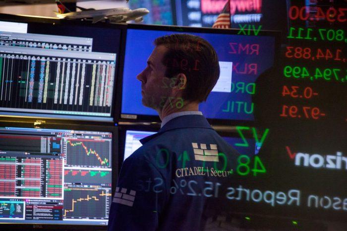 Renuncia de principal asesor económico de Trump golpea mercados y operadores temen el retorno de la turbulencia