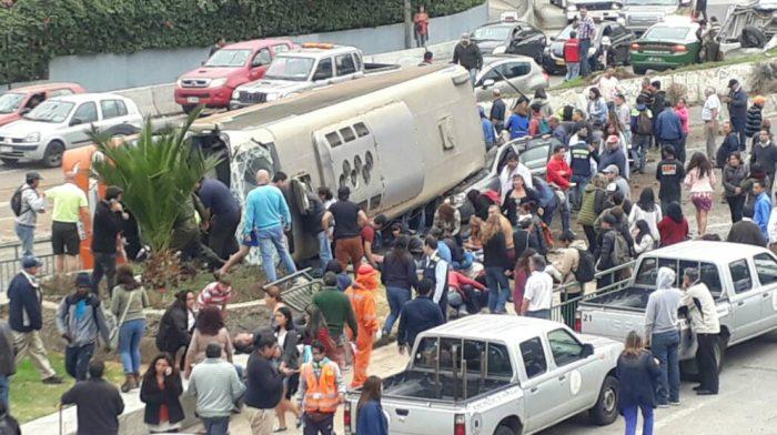 [VIDEO] Accidente múltiple en Valparaíso: bus se vuelca en subida Santos Ossa y aplasta un vehículo menor