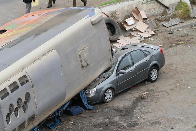 Conductor de bus volcado en Valparaíso queda con reclusión nocturna y arraigo nacional