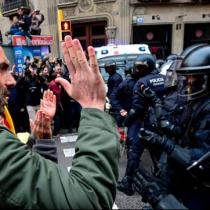 [VIDEO] Los enfrentamientos en Cataluña entre manifestantes y policías tras el arresto de Puigdemont