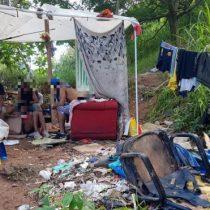 """""""Duermen dentro de las tumbas"""": las terribles condiciones en las que vive un grupo de personas sin hogar en un cementerio de Sao Paulo"""