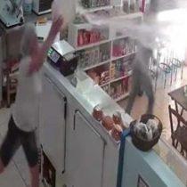 [VIDEO] Mujer repele asalto en Brasil tras arrojar un balde con agua al delincuente