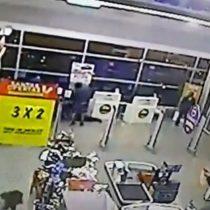 [VIDEO] Cámaras de seguridad captan frustrado robo a un supermecado que terminó con un asaltante muerto en Copiapó