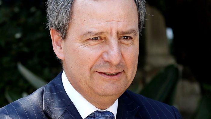 Ministro Varela responde a críticas de Bachelet:
