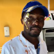[VIDEO] Liberan imágenes del momento en que trabajador haitiano en servicentro de Santa Cruz es atacado