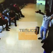 [VIDEO] Nada de paciente: hombre amenaza con pistola para exigir atención en Hospital de Pitrufquen