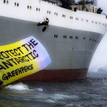Ambientalista chileno se sube a buque ucraniano en protesta a la pesca intensiva de krill en la Antártica