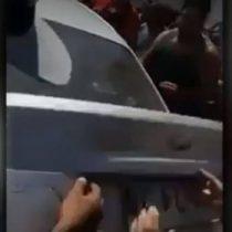 [VIDEO] Vecinos rescatan a un menor atrapado en el maletero de un automóvil en La Granja