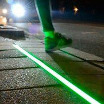 Semáforos para peatones distraídos: Las Condes implementa luces para quienes caminan mirando el celular