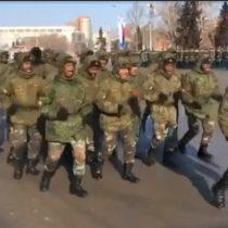 [VIDEO] Cadetes angoleños cantan y bailan mientras marchan en desfile militar en Rusia