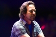 [VIDEO] El notable momento en que Eddie Vedder se coloca una máscara de un