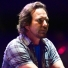"[VIDEO] El notable momento en que Eddie Vedder se coloca una máscara de un ""payaso"" Donald Trump durante su show en Lollapalooza"