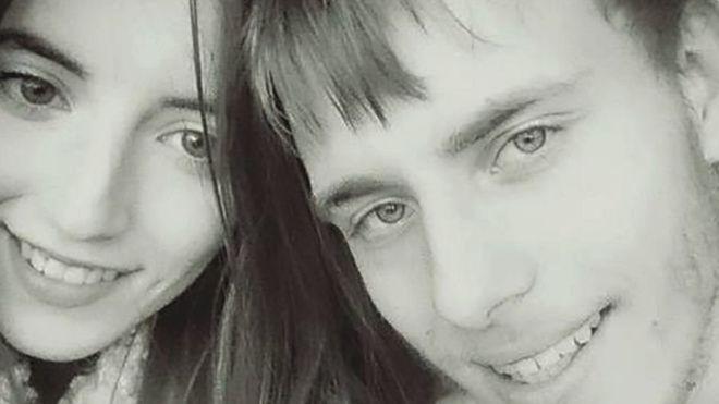Quemaduras por agua hirviendo y golpes con martillo: el hombre maltratado cuya novia fue condenada a más de 7 años de prisión