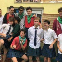 Colegio le pide a sus alumnas alargar faldas para evitar acoso y sus compañeros armaron protesta