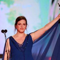 Tras tropiezo Daniela Vega realiza potente discurso sobre igualdad de género en Premios Platino