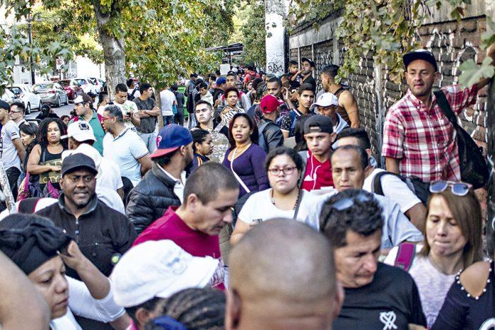 """Sin """"Oz"""" ni el """"hogar"""": nueva ley migratoria y chilenos en el extranjero"""