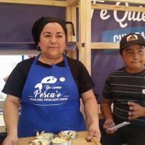 Maribel, la reina de la empanada de queso-camarón, trabaja con sus amigas: