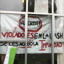 Estudiantes de la U. Austral de Chile funan a profesor acusado de acoso sexual
