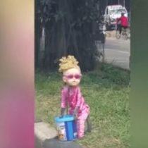 Grupos animalistas denuncian maltrato a un mono que vistieron como niña para pedir limosna en la calle