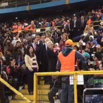 Piñera es recibido entre aplausos de inmigrantes que repletan estadio Víctor Jara buscando regularizar su situación migratoria