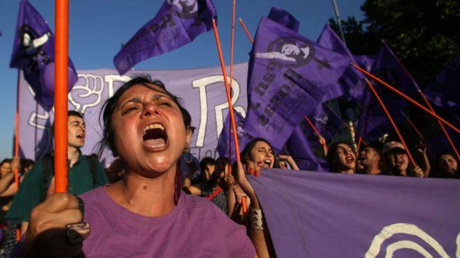 """El caso de """"la manada de Chile"""": la violación de una mujer por un grupo de hombres vestidos de hinchas de fútbol"""