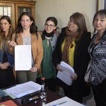 Diputadas de oposición presentaron acusación constitucional contra Santelices