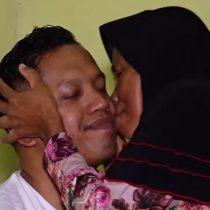 El emotivo reencuentro de una madre y su hijo tras 40 años separados