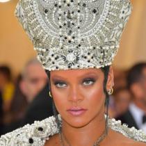 [Galeria de fotos] El impactante look de Rihanna en la Gala Met como Papisa