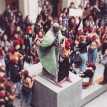 Una marejada feminista: jóvenes se manifestaron en la Casa Central de la Universidad Católica