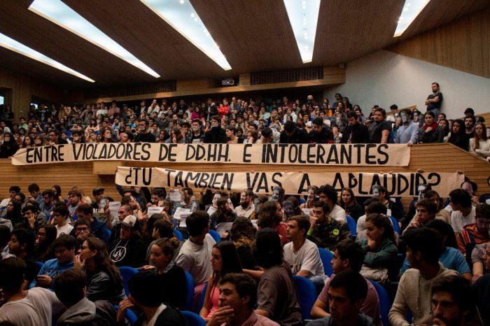 Estudiantes de la Universidad Adolfo Ibáñez repudian visita de José Antonio Kast